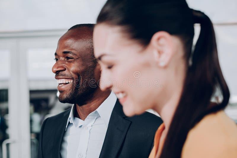 Человек и женщина смеются над совместно задушевно стоковое фото rf