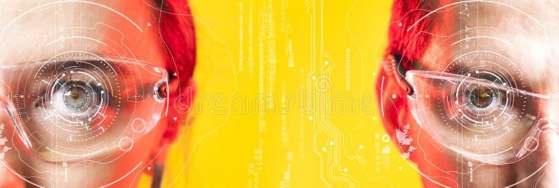 Человек и женщина смотря виртуальные графики Биометрические обнаружение стороны или концепция развертки сетчатки