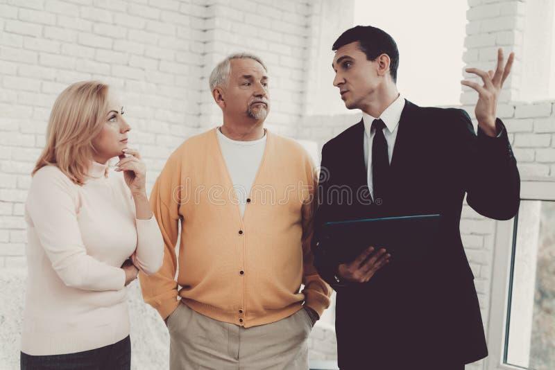 Человек и женщина советуя с с риэлтором в офисе стоковое фото rf
