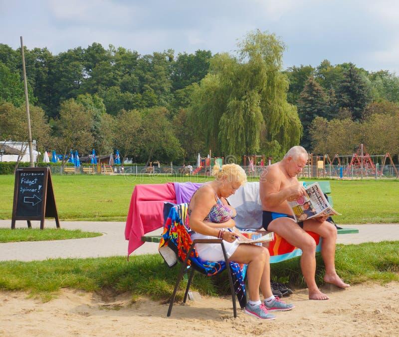 Человек и женщина чтения стоковые фото