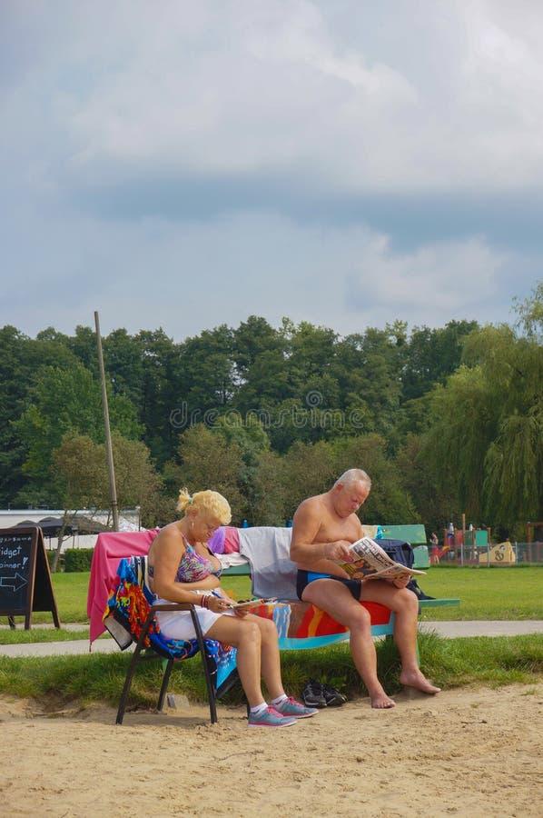 Человек и женщина чтения стоковая фотография rf