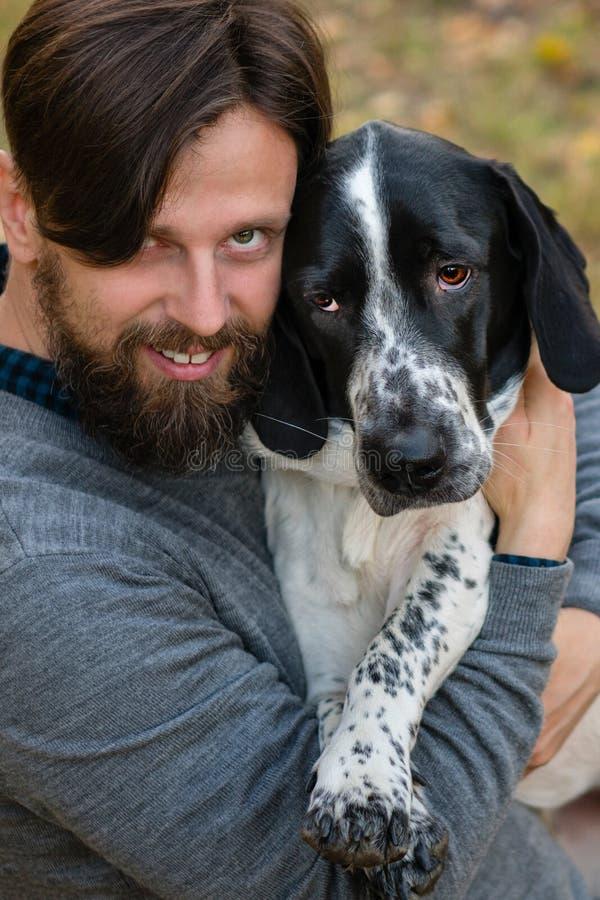 Человек и собака в парке осени стоковая фотография rf