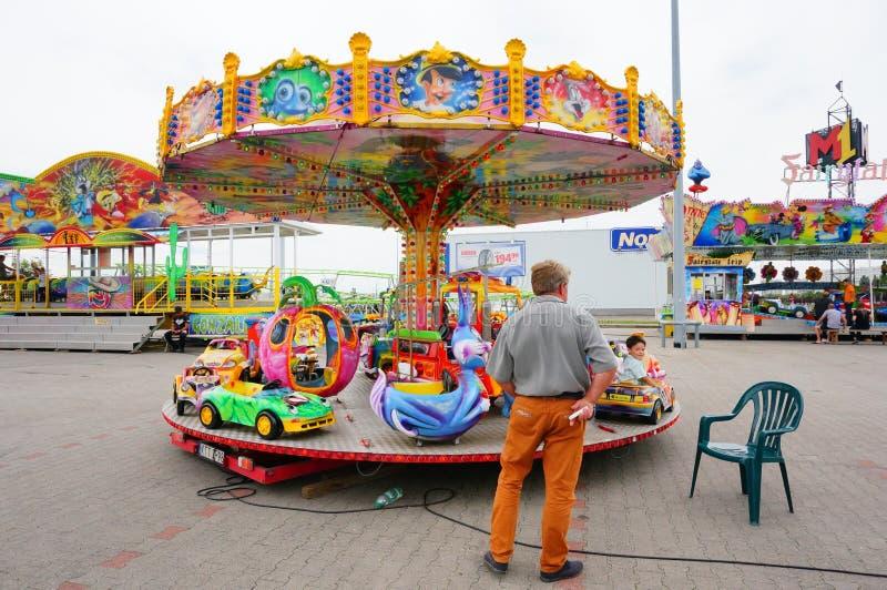 Человек и carousel стоковое фото
