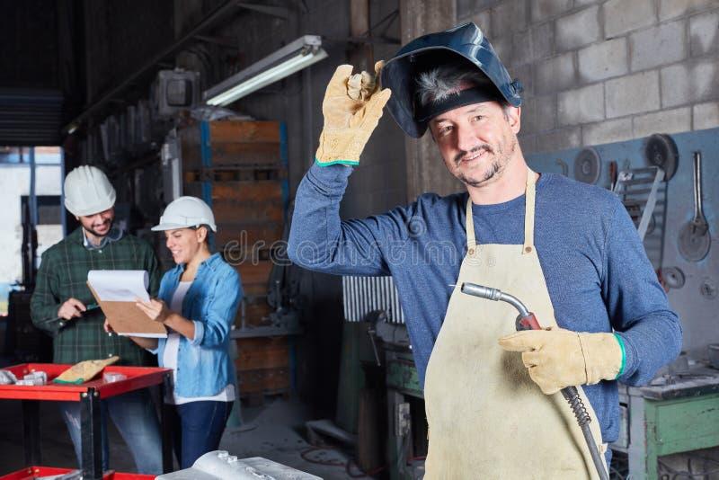 Человек как работник сварщика стоковая фотография