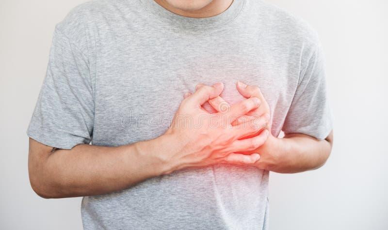 Человек касаясь его сердцу, с красным самым интересным сердечного приступа, и другие концепция сердечной болезни, на белой предпо стоковое изображение