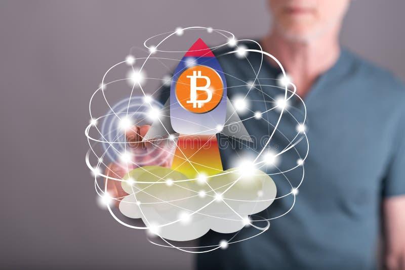 Человек касаясь концепции подъема bitcoin стоковые фото