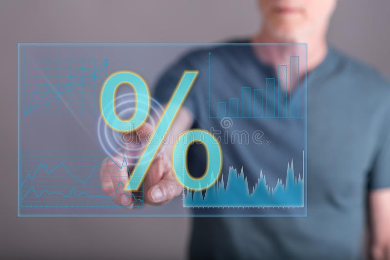 Человек касаясь цифровым данным по процентных ставок стоковые изображения