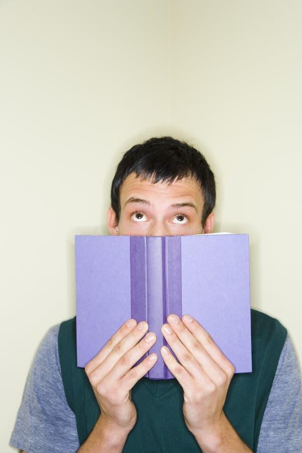 человек книги над peering верхней частью стоковые фотографии rf
