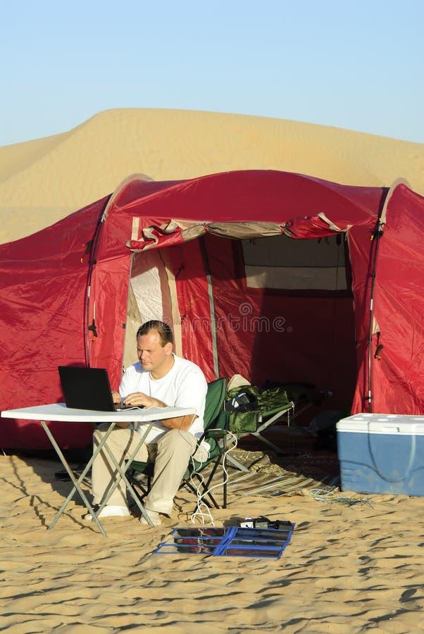 человек компьтер-книжки заряжателя - портативное солнечное стоковые изображения rf
