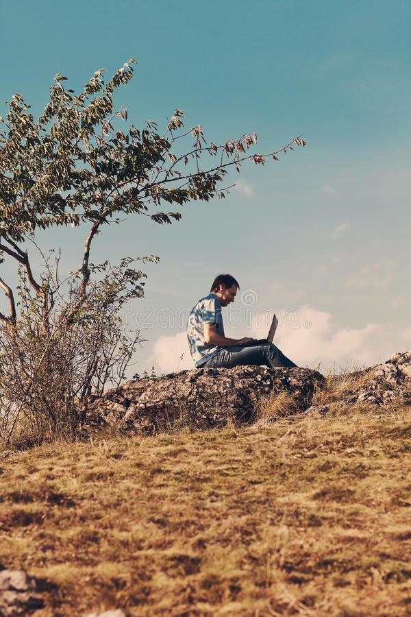 человек компьтер-книжки используя детенышей стоковое фото rf