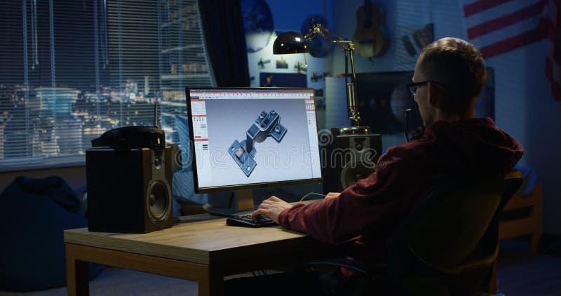 Человек конструируя шарнир на компьютере стоковое фото rf