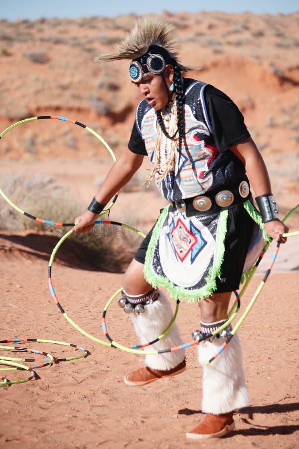 Человек коренного американца Навахо выполняет традиционный танец обруча стоковая фотография