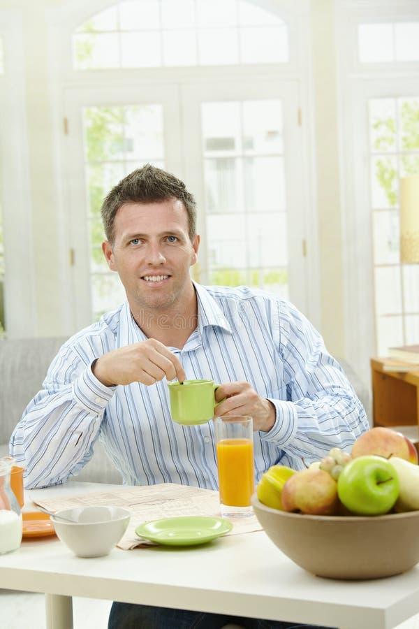 человек кофе выпивая стоковые фото