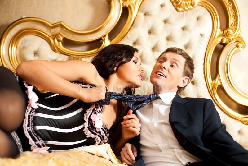 человек кровати вытягивая детенышей женщины стоковые изображения rf