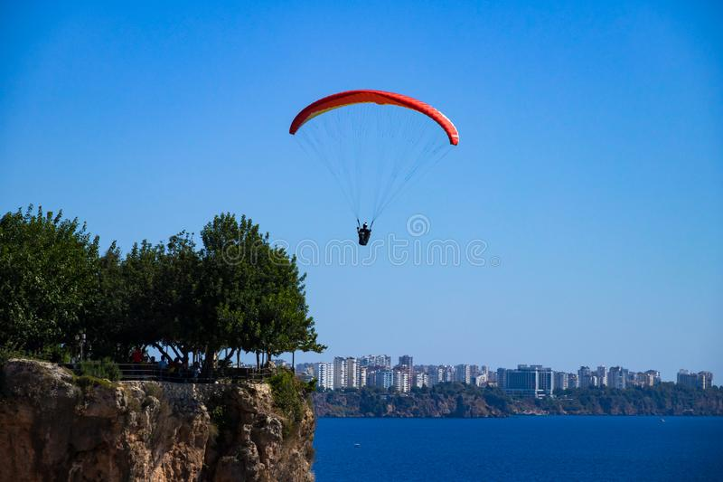 Человек летает на параплан стоковые фото