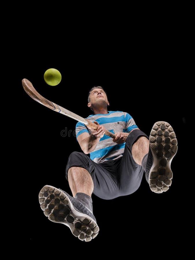 Человек, 48 лет, играя хоккей стоковые изображения