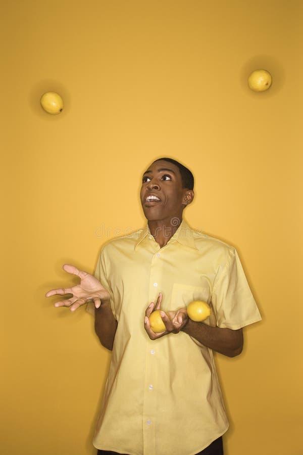 человек лимонов афроамериканца жонглируя стоковые изображения