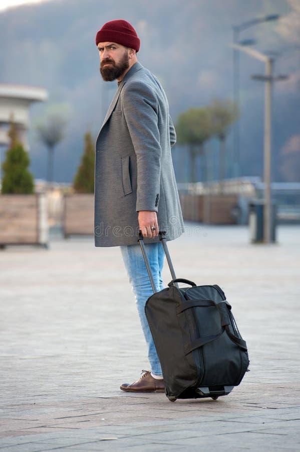 Человек моды с бородой бородатый человек Зверский кавказский битник с усиком Мужская забота парикмахера Зрелый хипстер с стоковое изображение