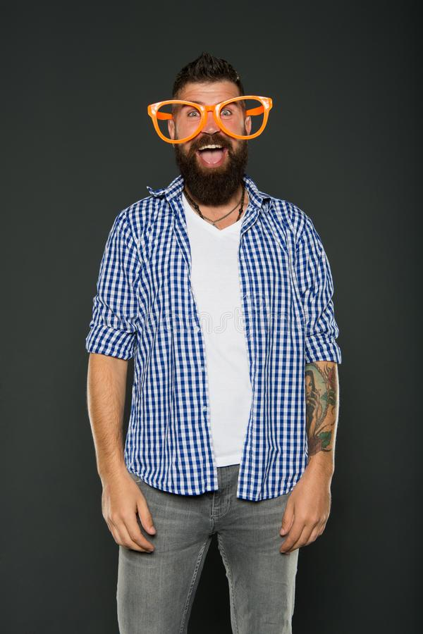 Человек моды с бородой Шаловливый парень наслаждаясь партией Смешной аксессуар стекел Развлекать Только потеха на моем разуме стоковая фотография rf