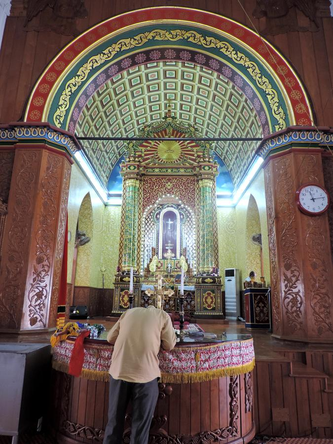 Человек моля в церков в Керале, Индии стоковое фото rf