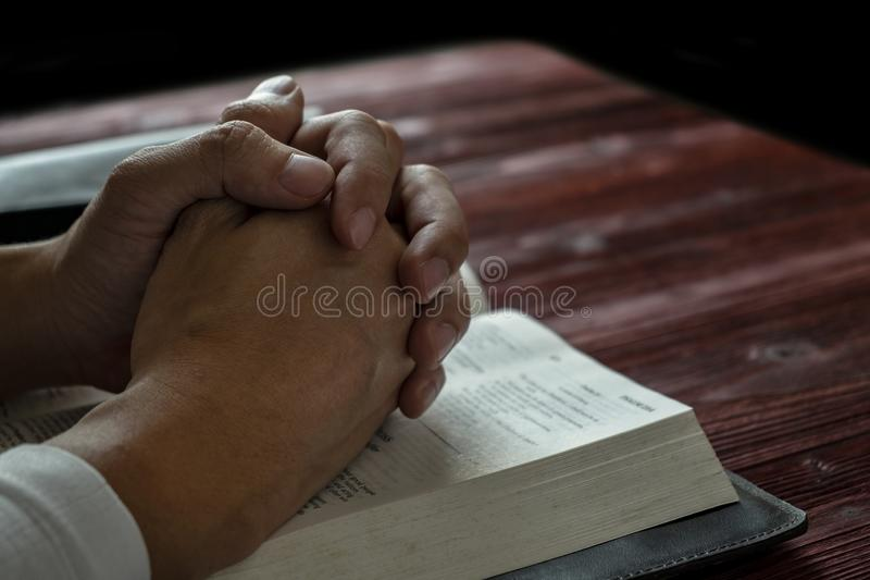 Человек моля к богу с его библией, молитве с чтением библии стоковые фотографии rf