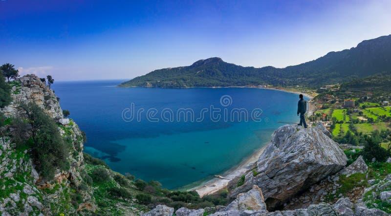 Человек наблюдая панорамный вид marmaris, на краю скалы Kumlubuk, Marmaris, Турция Праздник и перемещение стоковые изображения rf