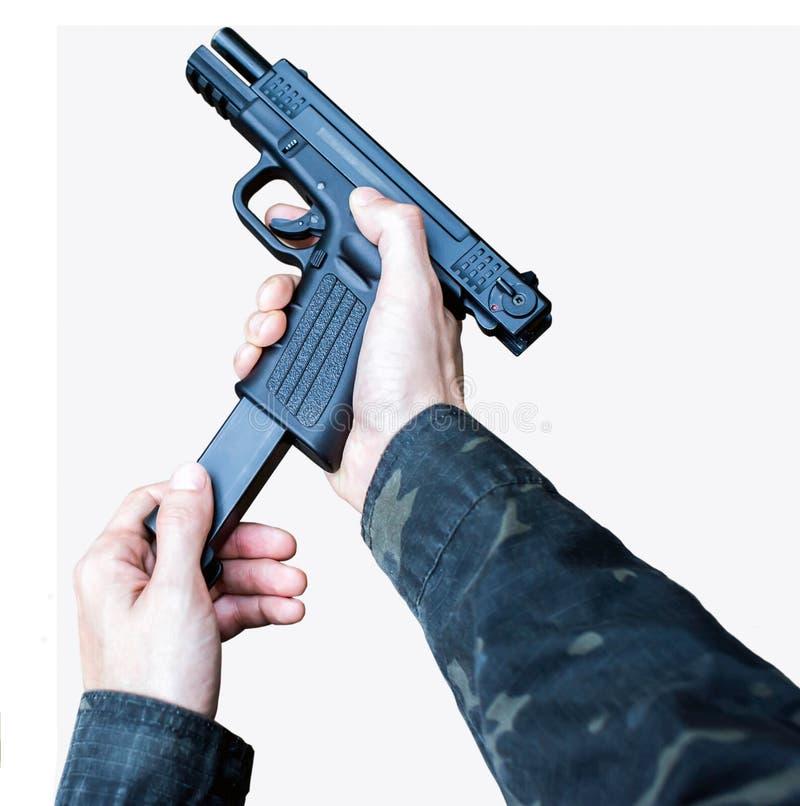 Человек нагружает оружие на белом конце предпосылки вверх стоковое изображение rf