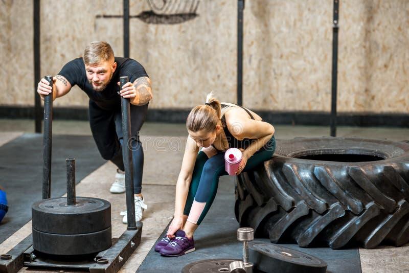 Человек нажимая скелетон в спортзале стоковые фотографии rf