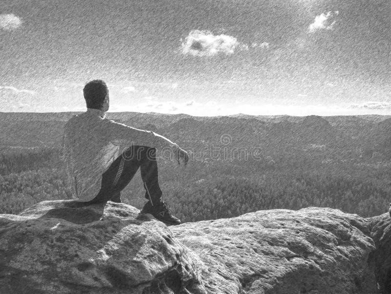 Человек наслаждается взглядом на горе Турист принимает перерыв и сидит стоковые фотографии rf