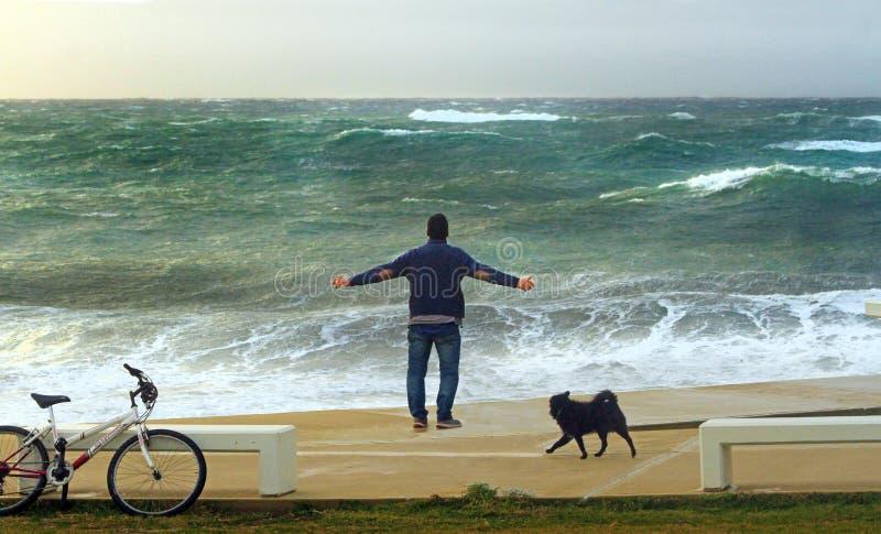 Человек наслаждаясь ветром от моря Theseus бурного стоковое изображение