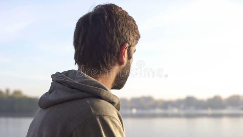 Человек наслаждаясь красивым видом во время единства jogging, человека и природы утра стоковое фото rf