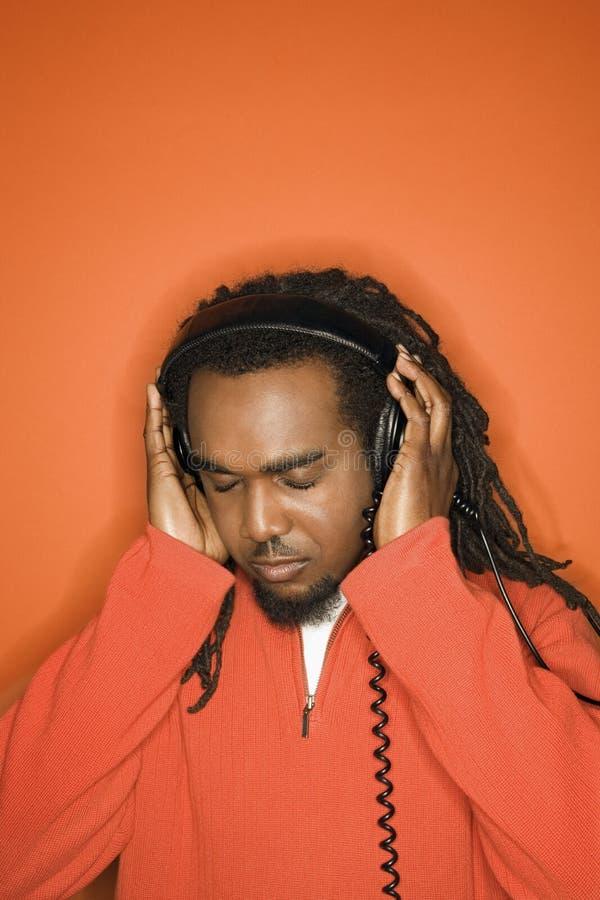 человек наушников афроамериканца слушая к стоковые фото
