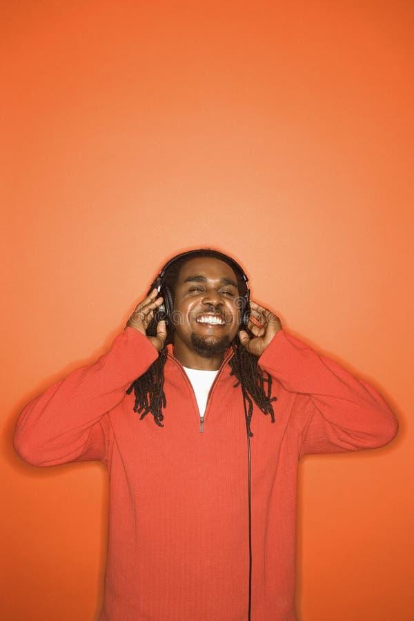 человек наушников афроамериканца слушая к стоковые изображения