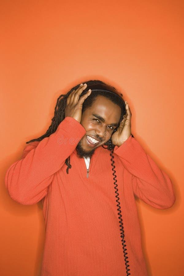 человек наушников афроамериканца слушая к стоковая фотография rf