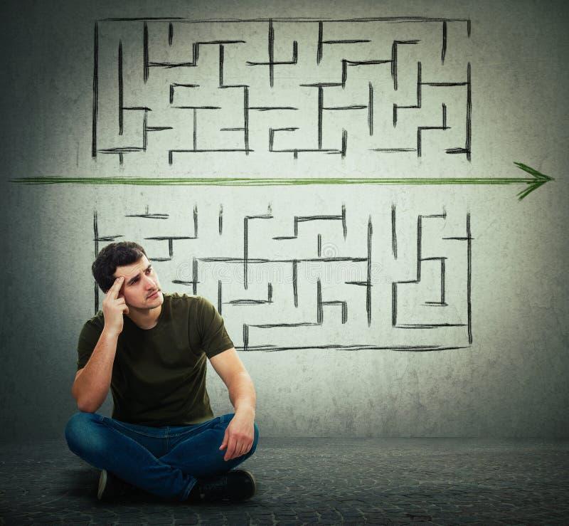 Человек находит решение для того чтобы разрешить проблему и избегать от лабиринта стоковые фотографии rf
