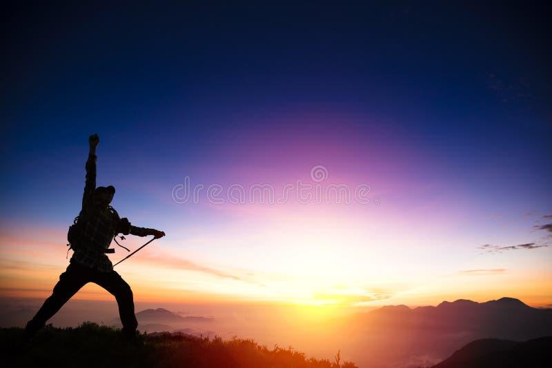 Человек на верхней части горы стоковое изображение rf