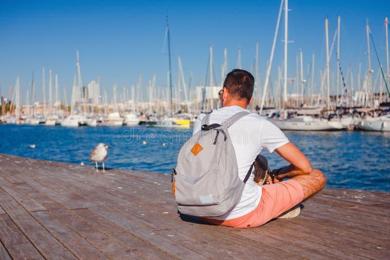 Человек на доке, Барселоне, Испании стоковые фотографии rf