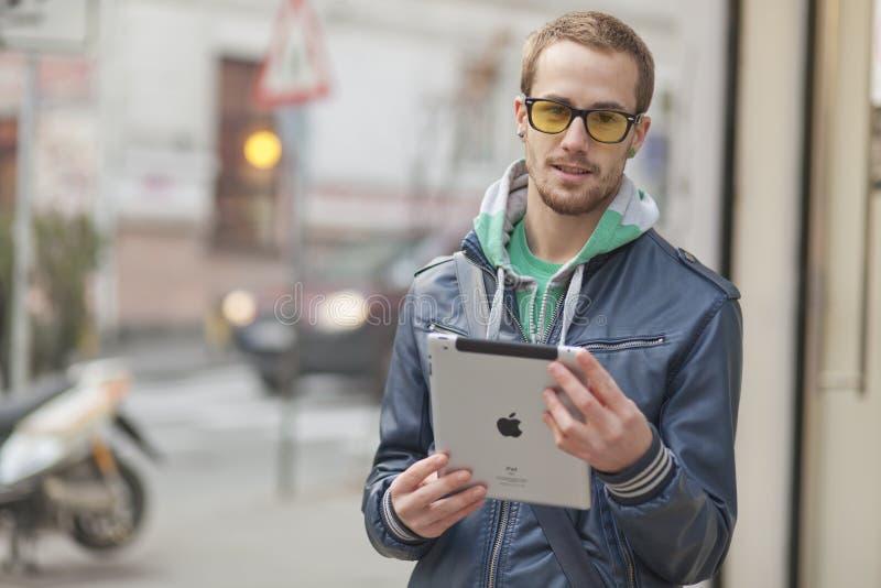 Человек на компьютере таблетки Ipad пользы улицы стоковое изображение