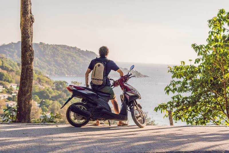 Человек на мотоцилк против моря стоковая фотография