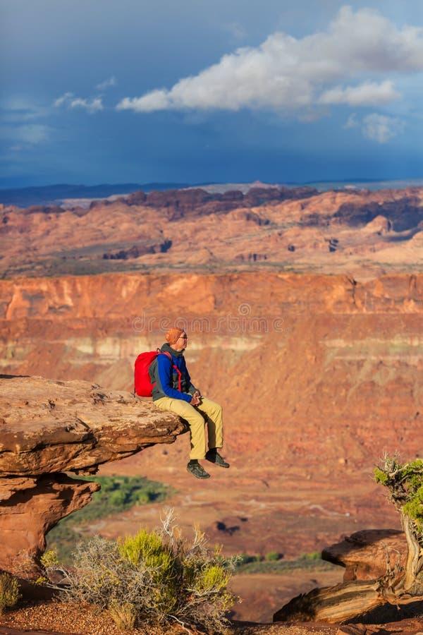 Человек на скале стоковое фото