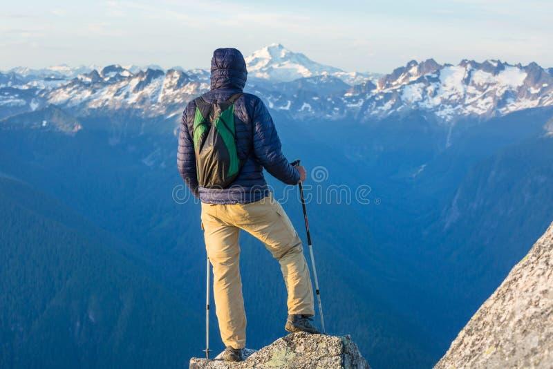 Человек на скале стоковая фотография rf