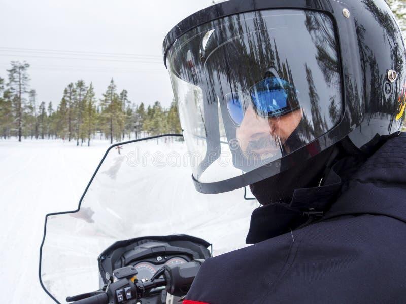 Человек на снегоходе в горе зимы стоковая фотография rf