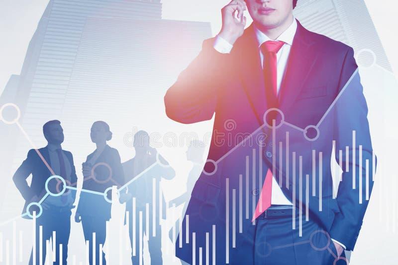 Человек на телефоне и его команде в городе, изображает диаграммой стоковые фотографии rf