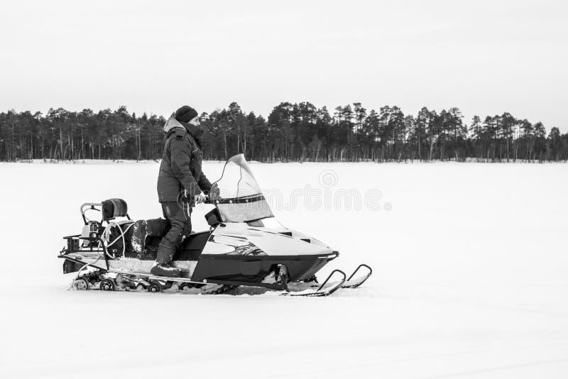 Человек на фото снегохода черно-белом стоковые фотографии rf