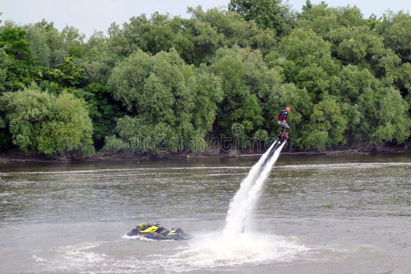 Человек на flyboard Flyboard на реке стоковое фото