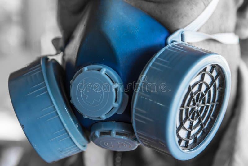 Человек носит голубой химический конец маски вверх стоковые изображения rf