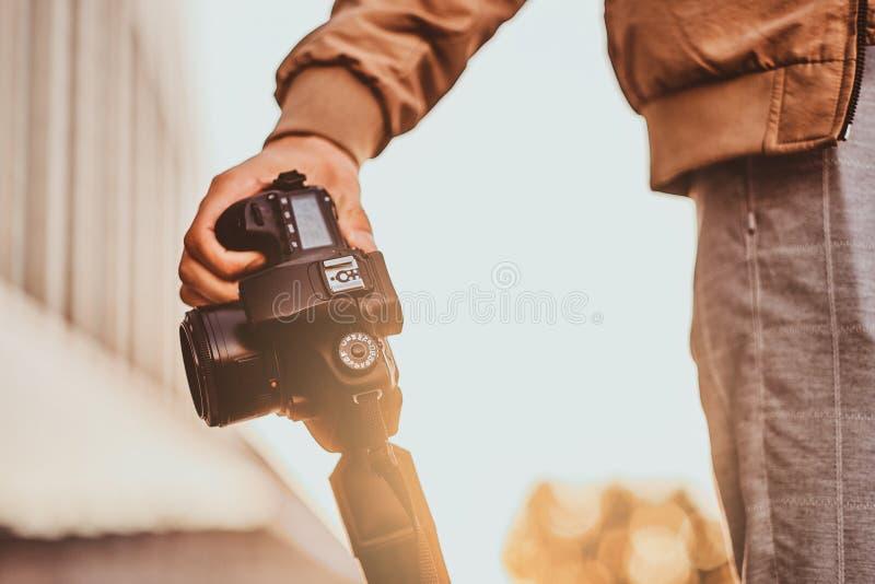 Человек носит его цифровую камеру фото стоковая фотография