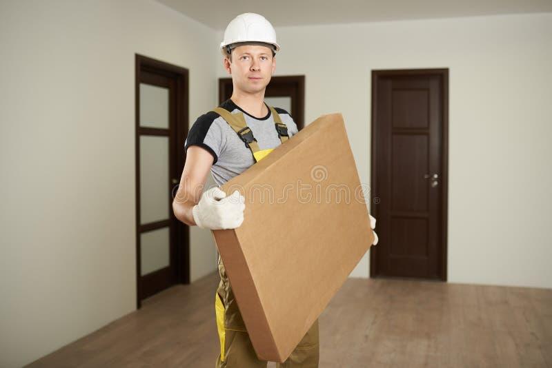 Человек носит коробку стоковое изображение rf