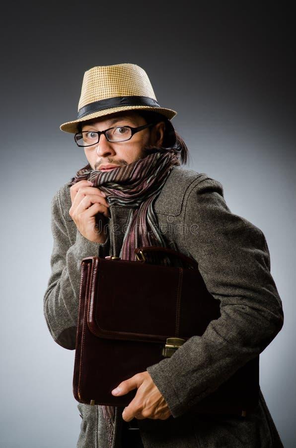 Человек нося винтажную шляпу в смешной концепции стоковые изображения
