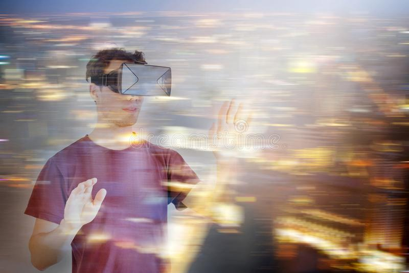 Человек нося стекла шлемофона виртуальной реальности VR стоковые фотографии rf